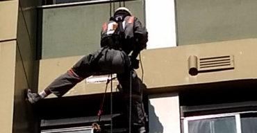 Profissional realiza procedimentos de primeiros-socorros para acidentes em altura