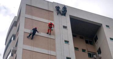 Profissionais no trabalho em altura com acesso por cordas