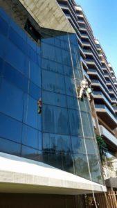 quais são os cuidados com a fachada de vidro?