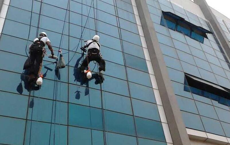 aplicação de silicone na fachada de vidro