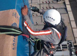 trabalhador utilizando sistema de Proteção contra Quedas
