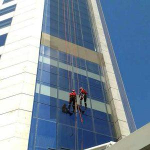 Dois alpinistas industriais fazem um plano de resgate