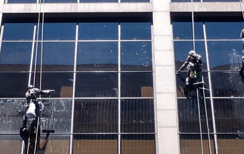 pressão do vento na fachada de vidro