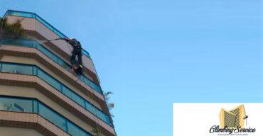 Colaborador da Climbing Service realizando limpeza de fachada eficiente