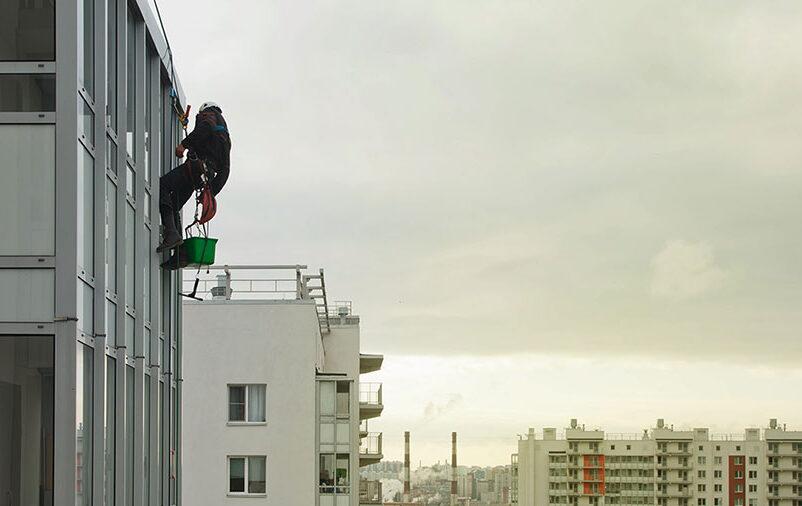 Profissional em altura - o que é calafetação de fachadas?