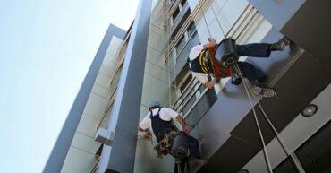 trabalhadores realizando a limpeza de fachada em ACM