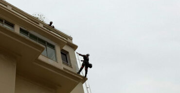 alpinistas industriais no topo do prédio demostra como fazer a limpeza da fachada